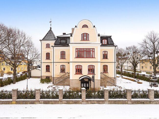 Det här ståtliga och anrika slottet, Villa Svea, och dess trädgård är mycket välkänt i Kumla och däromkring. Nu är den till salu på Hemnet.
