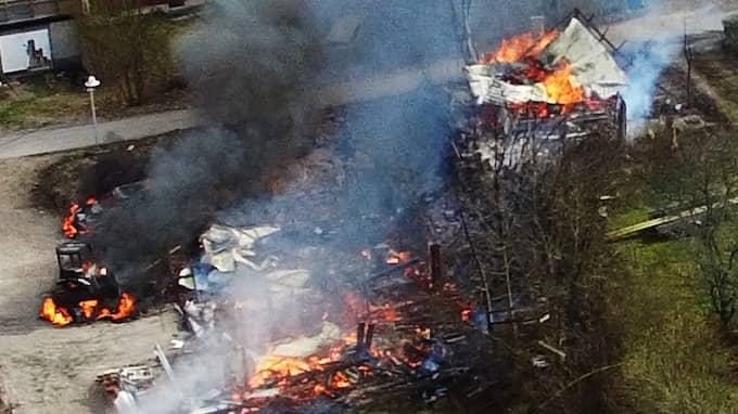 Branden har totalförstört byggnaden. Foto: Läsarbild