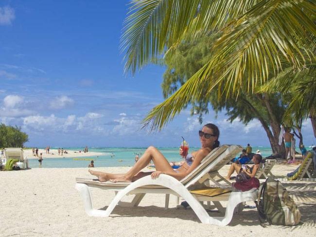 Svetlana Shurina från Kiev i Ukraina tycker det är skönt att lämna hemlandet och i stället åka till Mauritius med pojkvännen. Stranden på utflyktsön Ile aux Cerfs är en av hennes favoriter.