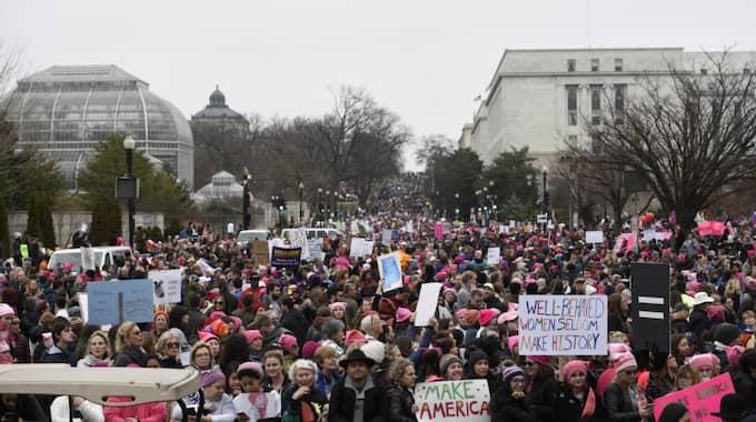 WASHINGTON DC: Tusentals kvinnor samlades i USA:s huvudstad för att visa sitt missnöje med den nya presidenten Donald Trump och hans politik och tidigare uttalanden. Här tågar de genom Independence Avenue. Foto: Sait Serkan Gurbuz / AP TT NYHETSBYRÅN
