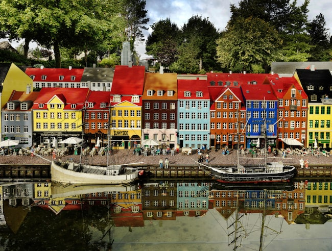 Köpenhamnsstadsdelen Nyhavn är ett av de klassiska legobyggnaderna på Legoland i Danmark.