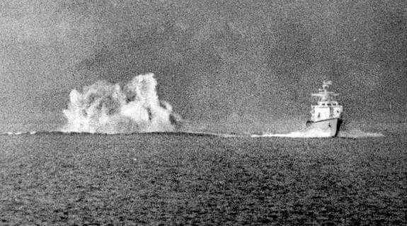 Kaskad från en sjunkbomb under ubåtsjakt. Enligt Ola Tunander finns det mycket som tyder på att kränkningarna av svenska farvatten gjordes av amerikanska ubåtar och inte av sovjetiska. Foto: Ingemar Berling