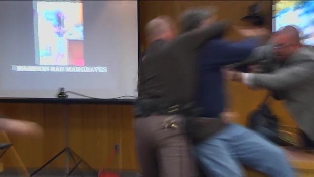 Här går pappan till attack mot skräckläkaren