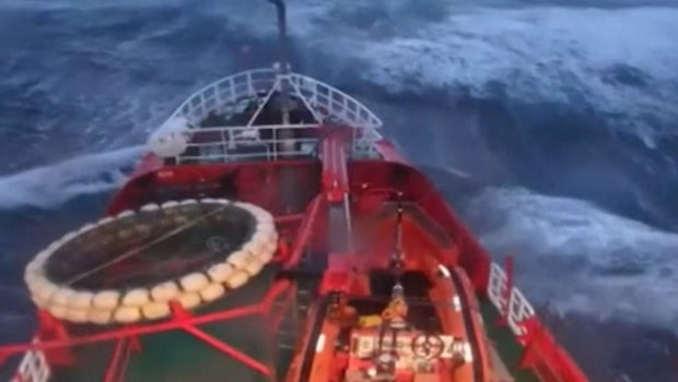 Fartyget tvingas gå rakt genom jättevågorna