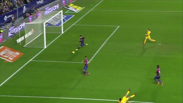 Dråpliga målet från La Liga – missar bollen, ramlar och serverar motståndaren