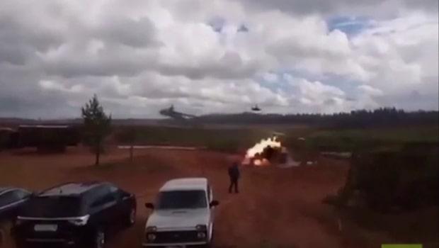 Här avfyrar ryska attackhelikoptern raketen
