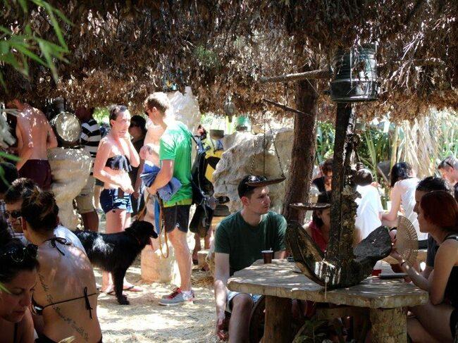 Inbäddad i skuggande grönska väntar Safari Bar, ett skönt avslappnat lunchställe på Kamenjakhalvön.