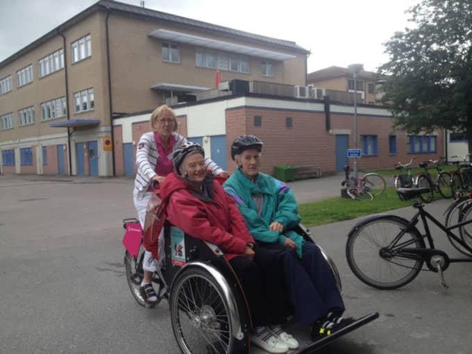 Karin Vestin och Arne Andersson fick åka en tur i cykeln med Jessica Thunander bakom styret. Foto: Privat