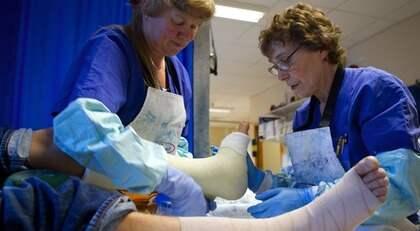 Sjuksköterskorna Agneta Dubar-Carlsson och Elsa Giselsson på Mölndals sjukhus tar hand om en patient. Foto: Lennart Rehnman