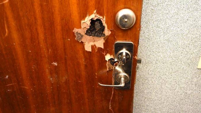 Ingångshål från två skott, på dörrens insida. Foto: Polisen