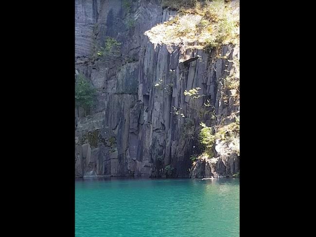 När den andra kompisen skulle hoppa föll ett stort klippblock i vattnet.