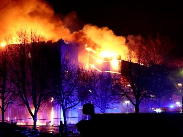 100 personer evakuerade efter kraftig brand i flerfamiljshus
