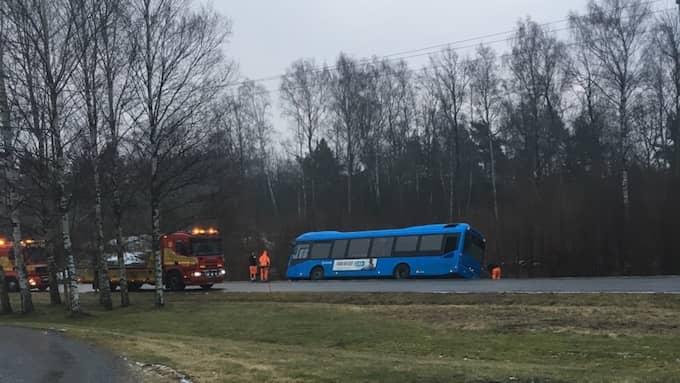 Mellan Kungälv och Ytterby har en buss glidit ner i diket. Foto: JONAS ANDERSSON