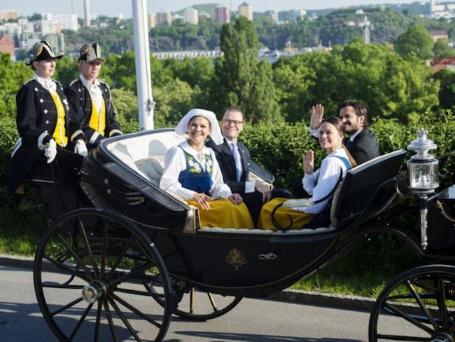 <span>Kronprinsessan Victoria, prins Daniel, prins Carl Philip och prinsessan Sofia på väg till nationaldagsfirandet på Skansen 2015.</span>