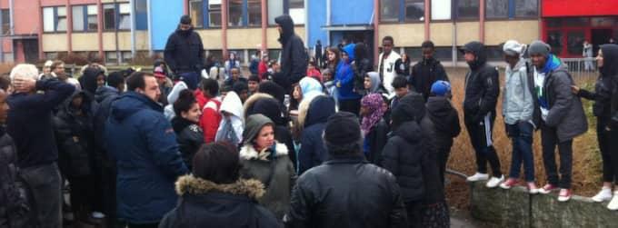 Mellan 50 och 70 personer samlades på fredagen utanför Hjällboskolan i Göteborg. Foto: Anders Ylander
