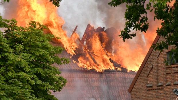 Brandinferno rasar på skånskt gods