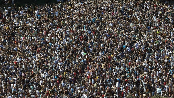 """Tusentals personer samlades för att hedra offren. """"Vi är inte rädda"""", skrek de. Foto: ALEJANDRO GARCIA / EPA / TT / EPA TT NYHETSBYRÅN"""