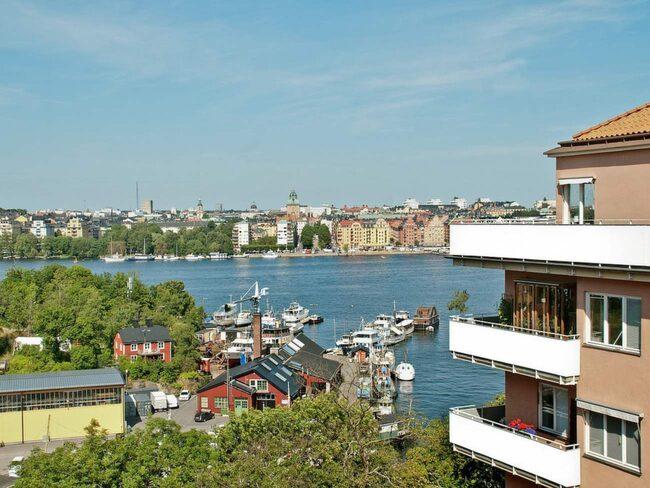 Lägenheten ligger på Södermalm i Stockholm och har den här utsikten från den franska balkongen.