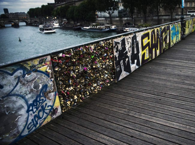 <span>En av de allra populäraste broarna för ändamålet är Le Pont des Arts.</span>
