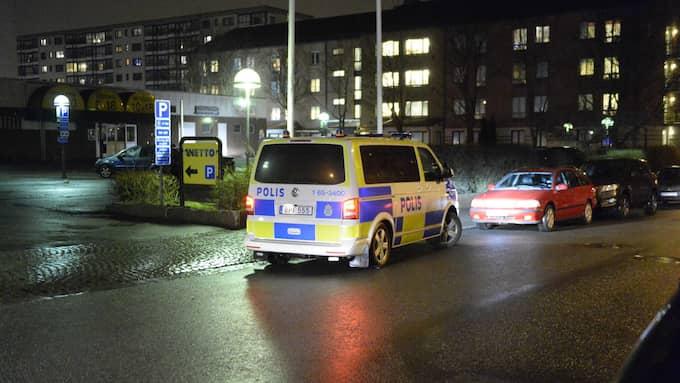 Polisen jagar två rånare. En person i butiken som utsattes fördes skadad till sjukhus. Foto: Fritz Schibli