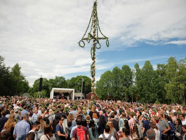 Allt fler svenskar skippar sillen, nubben och dansen kring midsommarstången.