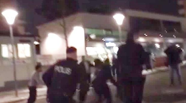 Här attackeras polispatrullen i Rinkeby