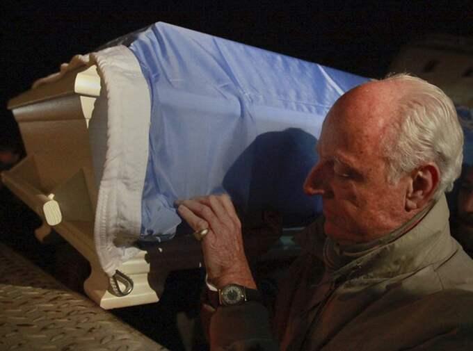 Staffan de Mistura bär kistan med ett av mordoffren på FNbasen.