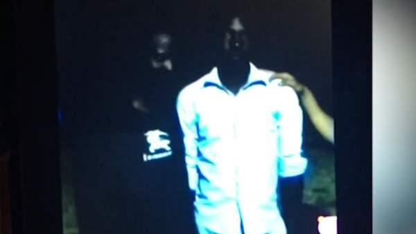Här säljs två män som slavar under en slavauktion utanför Libyens huvudstad Tripoli. Priset för deras liv – ungefär 6 700 kronor. Foto: CNN