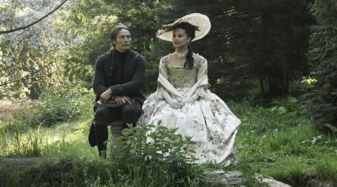 I HISTORIENS TJÄNST. Alicia Vikander, huvudrollsinnehavare i A royal affair, inspirerades av P O Enquists roman om Struensee (Mads Mikkelsen). Foto: Nordisk film