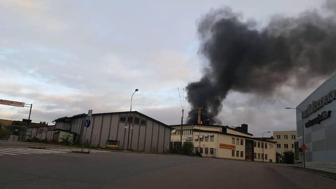 En stor sökpelare syntes från industriområdet i Bromma tidigt på söndagen Foto: Thommy Jakobsson