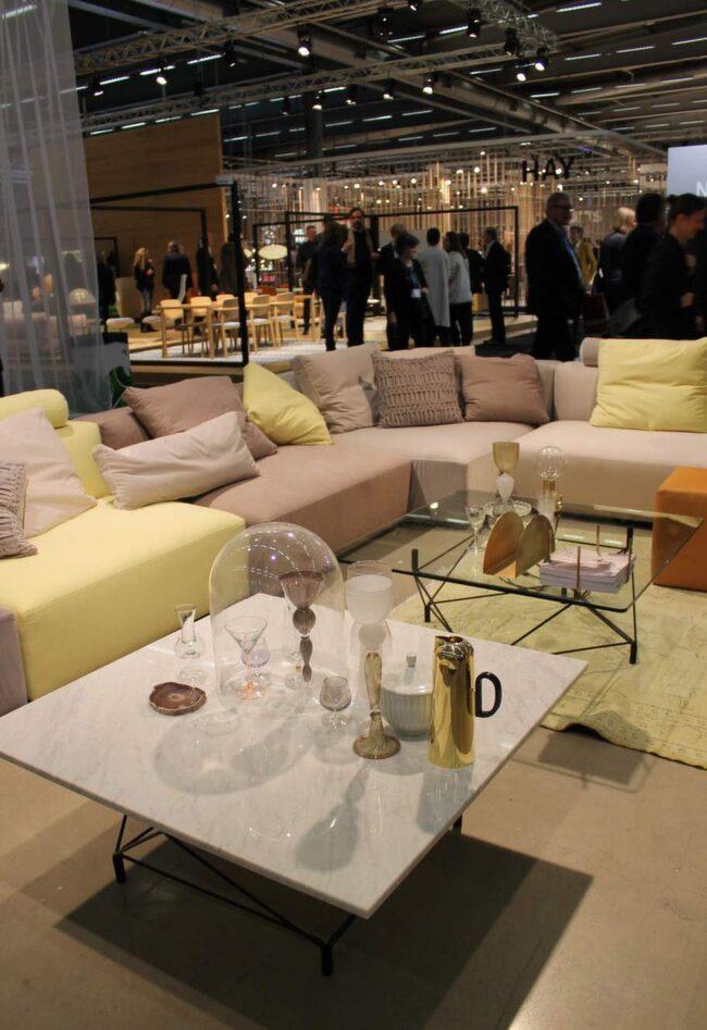 Grått, pasteller, varma metaller och bord av glas och marmor. Danska möbelföretaget Eilersen prickar av vårens trender.