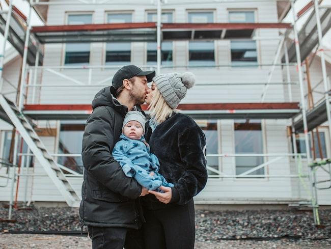 Jimmy Olsson och Ellinor Bjurström med gemensamma sonen Aaron, 5 månader. Snart hoppas de kunna flytta in i sin drömvilla.