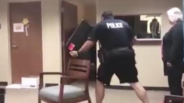 Läskiga djuret tar sig in på polisstationen