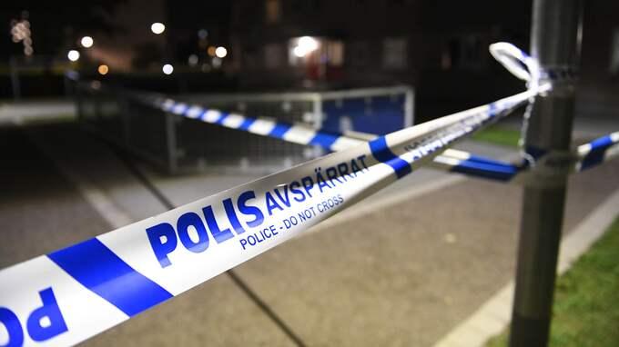 Polisavspärrningar vid platsen där en person har skottskadats i huvudet i Tensta. Foto: MAJA SUSLIN/ TT NYHETSBYRÅN