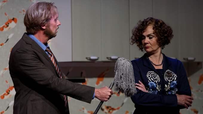 I rollerna som Hon och Han ser vi Anna Larsson, alt och Lars Arvidson, baryton. Foto: Christian Berling.