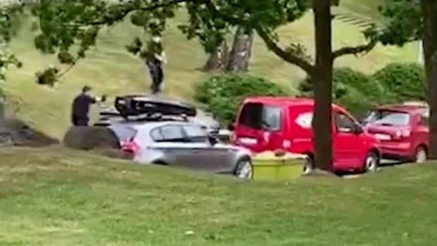Här skjuter polisen mot bilen i bostadsområdet