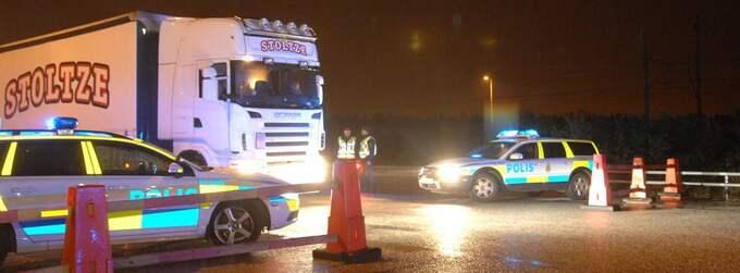Polisen skärpte kontrollen vid gränserna med anledning av terrordåden i Norge. Vid påfarten till Öresundsbron stoppade polisen fordon i natt. Foto: Oscar Persson