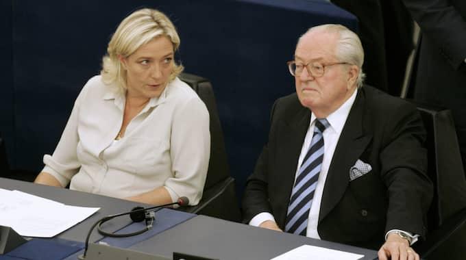 Marine Le Pen tillsammans med sin pappa Jean-Marie Le Pen i Europaparlamentet i Strasbourg 2009. Foto: Lionel Cironneau / AP