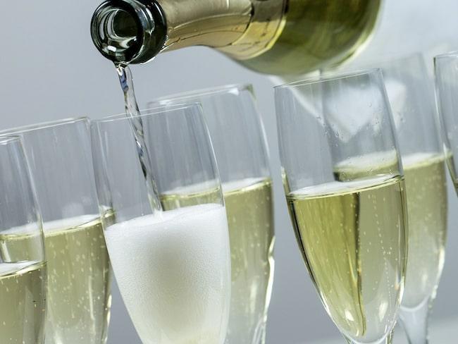 Hur mycket champagne i varje glas? Kolla i Allt om Vins snabbguide.