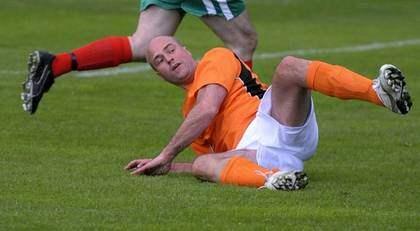 Statsminister Fredrik Reinfeldt på rygg i fotbollsmatchen mot oppositionen. Foto: Scanpix
