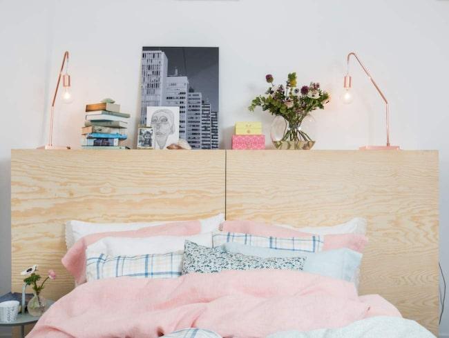 Pasteller och ljusa träslag. De populära pastellerna hittar vi på inredningsprylar även i vår. Gärna tillsammans med grått. Här inspiration från Hemtex.