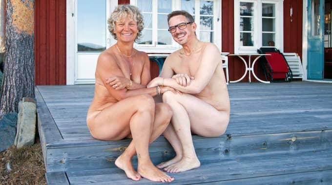 Den årliga nakenkalendern från byn Jutis utanför Arjeplog ges 2015 ut för åttonde året i rad – och precis som vanligt går pengarna till cancerforskning. Foto: Lars Westerlund