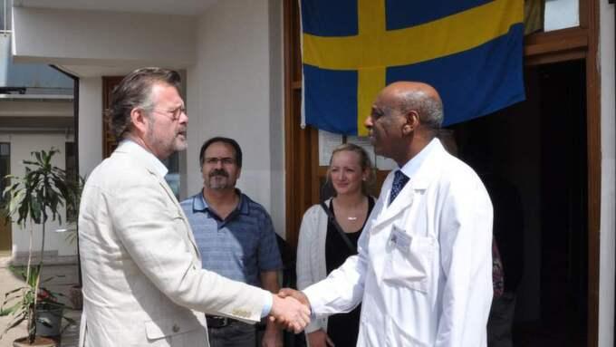 Kliniken. Fikru Maru (till höger) skakar hand med Sveriges förre Etiopien- ambassadör Jens Odlander. Foto: Lars Wiklund