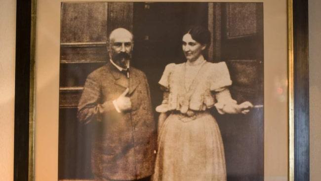 """Går igen. Paret Carl Robert och Dora Lamm lät bygga slottet och flyttade in 1905. 1938 blev Dora änka med sex söner. Hon ville bo kvar men var tvungen att sälja 1942. """"Jag tror att Dora fortfarande sörjer sitt slott och inte är riktigt redo att lämna det"""", säger Pernilla."""