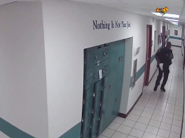 Den ovanliga hotbilden på polisstationen: en mus