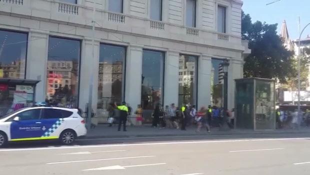 Skåpbil körde in i folkmassa i Barcelona - IS har tagit på sig dådet