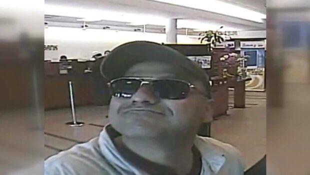 Se den leende bankrånaren som tar en selfie efter rånet