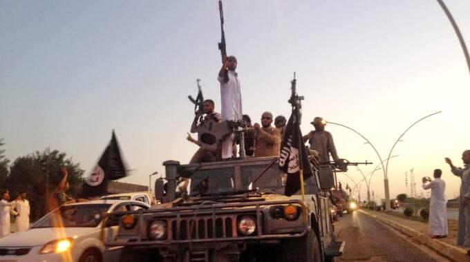 Fyra personer har gripits misstänkta för att ha finansierat terrorsekten IS. Här en bild på IS-soldater i Mosul, Irak.