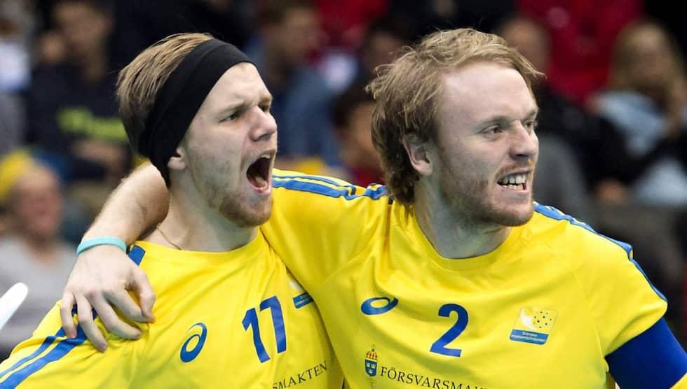Johan Samuelsson (t h) är lagkapten i svenska landslaget. Nu jagas han av i stort sett varenda lag i Sverige och Schweiz. Foto: Carl Sandin