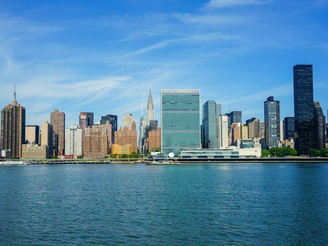 Den lilla ön, som ligger i East River strax utanför Manhattan, kan skymtas här men ses bäst från den breda FN-skrapan i mitten av bilden.